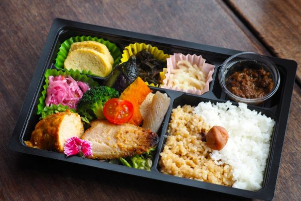 ⑥【無水カレー付き】道産鶏肉ロールキャベツとお魚弁当